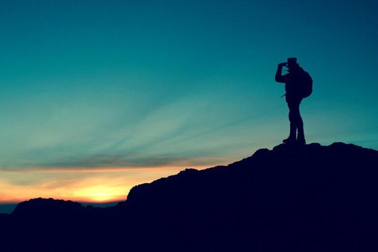 Un hombre mirando al horizonte
